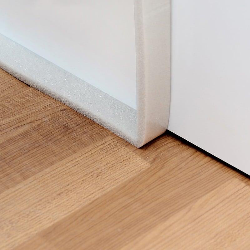 Có nên sử dụng miếng xốp dán khe cửa không?